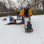 dzieci zabawy na śniegu