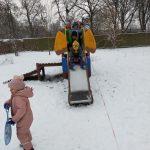 Zabawy zimowe na śniegu w grupie Kreciki