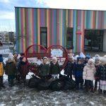 Dzieci wrzucają nakrętki plastikowe do serduszka