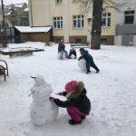 dzieci zabawa śnieg