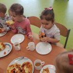 dzieci robią pizzę