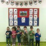 dzieci dinozaury zabawa